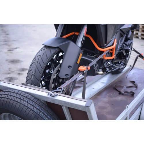 Moto tie-down in gebruik